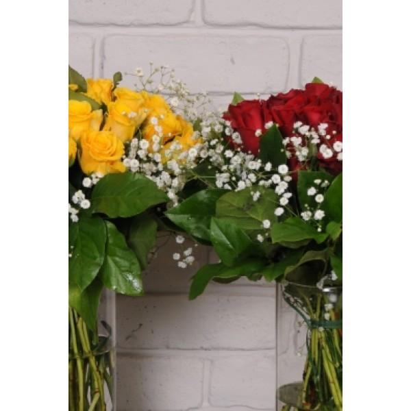 Μπουκέτο με τριαντάφυλλα και πρασινάδες