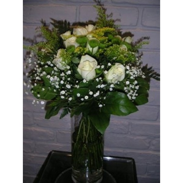 Μπουκέτο με λευκά τριαντάφυλλα και πράσινα χρυσάνθεμα